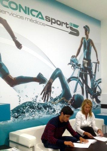 firma-con-Antonio-Serrat-triatleta